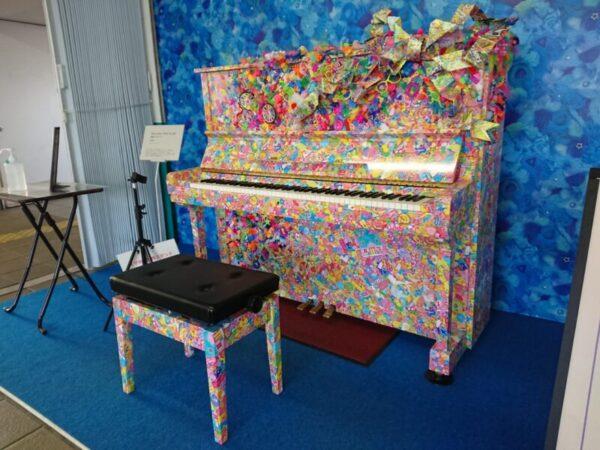 カラフルな駅ピアノ